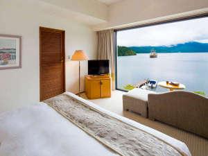 『レイクビューダブル』大きな一枚窓からは芦ノ湖を一望していただけます♪