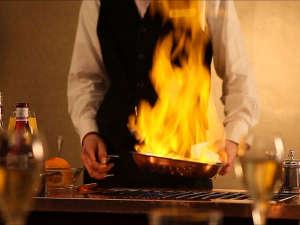 ギャルソンが目の前で調理するデザートフランベ。追加料金にて、ディナーコースのデザートを変更できます。
