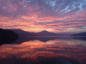 ガーデンから望む夕暮れ時の芦ノ湖。運が良ければこんな絶景に出会えることも。