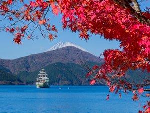 紅葉に彩られる芦ノ湖