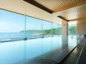 知床グランドホテル北こぶし(4/1~KITAKOBUSHI SHIRETOKOに改称):知床の海岸線。四季折々の表情を湯に浸かりながらどうぞ。