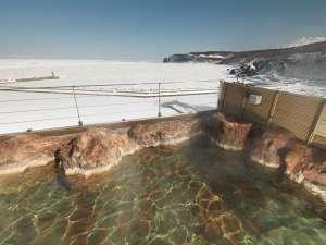 流氷を眺めながら露天風呂につかる至福のとき。真冬の知床ならではの体験です。