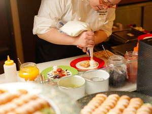 知床グランドホテル北こぶし(4/1~KITAKOBUSHI SHIRETOKOに改称):知床テラスダイニング波音(HAON)のスイーツキッチン。デコレーションはスタッフが全力で仕上げます!