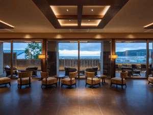 知床グランドホテル北こぶし:1Fラウンジは落ち着いた雰囲気。静かに窓外を眺めるのもおすすめ。