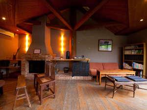【談話室】暖炉のある雰囲気の中で、寛ぎのひとときをお過ごしいただけます。
