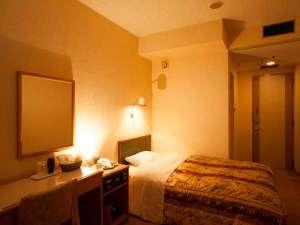 ニューグランドホテル:☆シングルルーム☆ 広々とした客室、大きいベッド♪ゆったりとお寛ぎいただけます。
