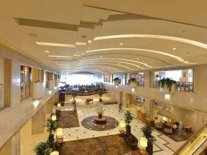 ホテルグランヴィア広島:開放感のある吹き抜けのロビー