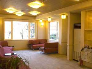 利尻富士温泉 ホテルあや瀬:1階ロビー /明るいロビーではひと休みしていただけるソファをご用意しております。