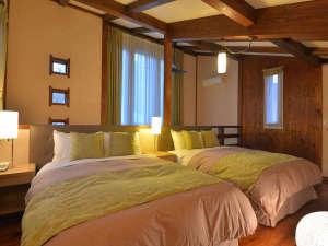 日光 露天風呂付き客室 離れの宿 ワンモアタイムハート:【104号室】2F寝室。高級ベッドシモンズのダブルが2台。