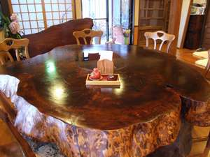 御もてなしの宿 悠ゆ亭:樹齢五百年杉の漆丸テーブル