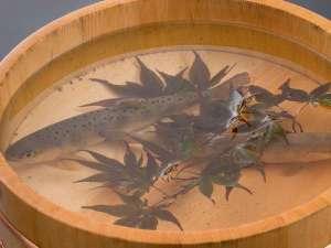 《そら会席》:地元箱島湧水で育った新鮮な姫鱒をお出しする直前に焼かせていただきます