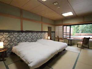 本館和室202号室 ツインベッド 窓の外には幻想的にライトアップされるデッキがご覧いただけます。