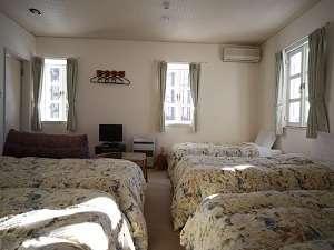 ペンション ホワイト クローバー:5人部屋バストイレ付・ご家族やグループの方に最適な広く清潔なお部屋です。八ヶ岳や南アルプスが望めます