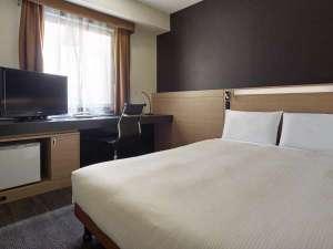 三井ガーデンホテル岡山:シングルB(セミダブル) ベッドはゆとりのセミダブルサイズ。ズボンプレッサーも標準装備。