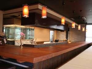 野の花山荘:目の前で調理するオープンキッチンスタイルの食事処。できたてをお召し上がりください