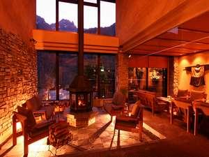 野の花山荘:軽井沢の鐵音(くろがね)工房の薪ストーブがお出迎え。吹き抜けの窓から錫杖岳を眺め、ゆっくりと…