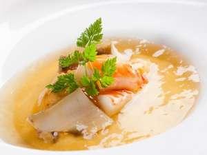 【海の宝石箱】はイセエビ・あわび・うにを一皿で味わえる豪華な一品