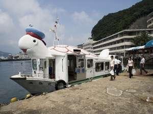 送迎船 浦島丸勝浦港をこのお船で横断しご入館いただきます。