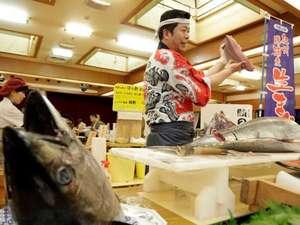 南紀勝浦温泉 ホテル浦島:夕食バイキングではまぐろ解体ショーを行っております。解体したての新鮮なまぐろをお召し上がり下さい。