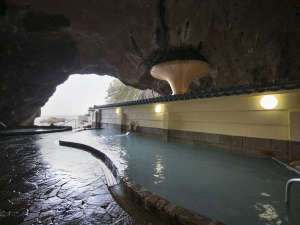 この天然の洞窟は、風波に侵食されてできた間口 25m、奥行き50m、高さ15mにも及ぶものです。