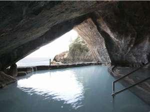 【忘帰洞】大洞窟の中の湯に浸りながらここでしか味わえない絶景を、ぜひ貴方自身の目でお確かめ下さい。