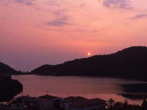 ホテル東洋館:屋上展望露天風呂から望むおしどりの池に映える夕日