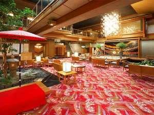 上諏訪温泉 浜の湯:【ロビーラウンジ胡蝶】鯉の泳ぐ癒しの吹き抜けロビーラウンジ、喫茶コーナーもご利用下さいませ。