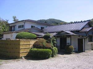富士箱根ゲストハウス:外観山間に立つ家庭的な佇まいの宿