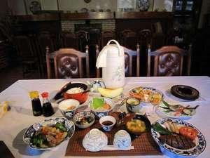 温泉イン36SO:夏の夕食の画像、ステーキ、中華料理、お刺身、フライものなど、数々のメニュウ。