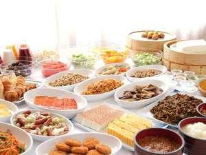 大好評の朝食バイキング。和洋約60品のメニューの中からお好きなものをお召し上がりください。