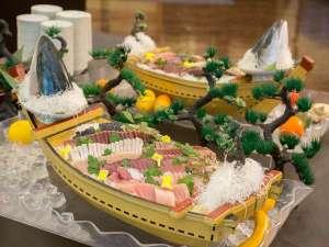 鬼怒川ロイヤルホテル:夕食バイキング一例 (舟盛にて季節のお刺身をご用意)