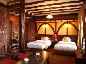 雲仙観光ホテル:【客室/プレミアムツイン】「ウィリアム・モリス」の壁紙をアクセントにしたお部屋
