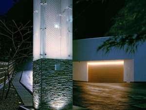 光の門柱とガレージ
