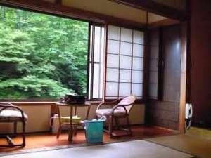 杣温泉旅館:客室一例/窓の外には豊かな緑と清々しい川のせせらぎ。自然を感じて静かに過ごせます。