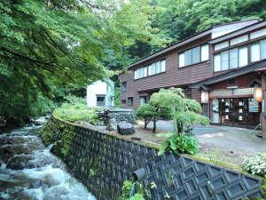 杣温泉旅館:*外観/手つかずの自然が色濃く残る里山の一軒宿。目の前の川では、天然の岩魚やヤマメが獲れます!