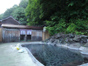 杣温泉旅館:*露天風呂(混浴・女性専用利用可)/森の香りに包まれて、秘湯の風情をたっぷりと感じられます。