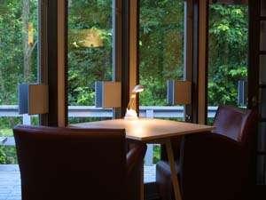 ペンション ビー(PENSION BE):窓際のカフェソファー