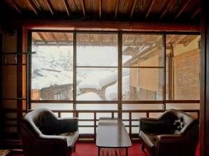 旅篭 白山館(はくさんかん):大正レトロな雰囲気の客室。冬の窓の外は素敵な雪景色(一例).