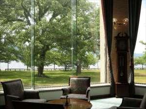 十和田湖レークビューホテル:湖が一望できる優雅なラウンジ
