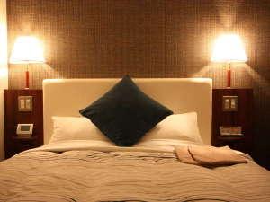 金沢マンテンホテル駅前:【デラックスダブルルーム】150cm幅のシモンズベッドで上質な眠りを