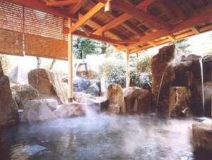 曲水の庭 ホテル玉泉:露天風呂『巌の湯』は、まるで天女が舞い降りそうな、秘湯のような雰囲気が漂います。