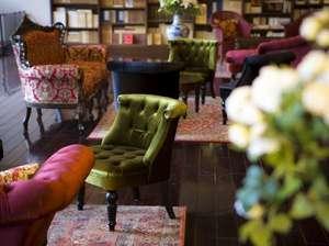 創業大正十五年 蓼科 親湯温泉:【蔵書Lounge&Bar】親湯を読んだ和歌に思いをはせつつ