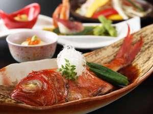 金目鯛の姿煮を丸ごと2~3人で味わえます、濃厚なタレはご飯にかけても美味しい!