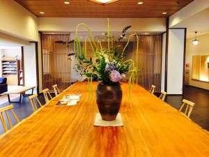 ロビーで存在感を放つ、アフリカンケヤキ1.8×6.5mもの一枚板テーブル!