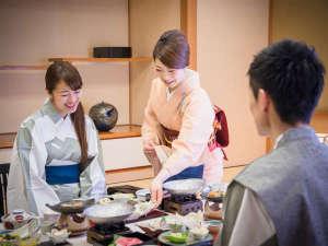 道後舘:-お部屋食イメージ-担当の係が説明とおもてなしを添えて料理をお出しいたします。