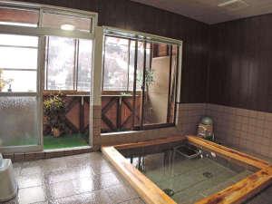 民宿朝日屋:【お風呂】男女兼用の家族風呂(4~5人程度)サイズの浴場が1箇所ございます。