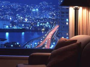 神戸ベイシェラトン ホテル&タワーズ:六甲山側高層階からの夜景。美しい眺望にしばし時が経つのも忘れそうに・・・。