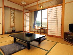 活け魚料理の宿 やまに旅館:新館客室一例。ゆったりとお寛ぎ下さいませ。*