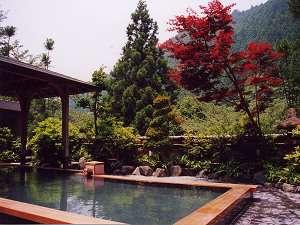 くらま温泉:紅葉から新緑まで美しい山並みを望みマイナスイオンたっぷりの露天風呂