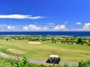 【シギラベイカントリークラブ(リゾート内)】全ホールから海を望む開放的なリゾートゴルフ。